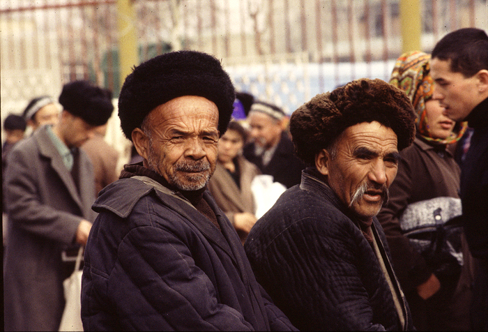 Two_men_in_osh_market